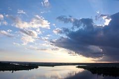 Panorama's van de kustlijn op de rivier Neches in de dag en avondtijd tegen de blauwe hemel, de wolken en de zonsondergang royalty-vrije stock fotografie
