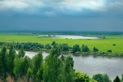 Panorama's van het natuurlijke landschap: de rivier, de gebieden, de stad stock afbeelding