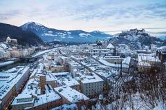Panorama Salisburgo durante il tramonto con la vista sulla fortezza nell'inverno, Austria Immagine Stock Libera da Diritti