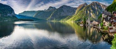 Panorama sbalorditivo del lago all'alba, alpi Hallstatt Immagini Stock