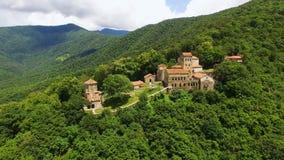 Panorama sbalorditivo di vecchio monastero di Nekresi, facente un giro turistico in Georgia, vista aerea video d archivio