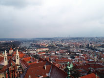 Panorama scénique d'été de la vieille architecture de ville avec la rivière de Vltava et la cathédrale de StVitus à Prague, Répub Photos libres de droits