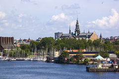 Panorama scénique d'été de la vieille architecture de pilier de Gamla Stan de ville à Stockholm, Suède Image libre de droits