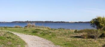 Panorama scénique du walkpath le long de l'Australie occidentale de Bunbury d'estuaire de Leschenault Photo stock