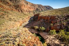 Panorama scénique supérieur de gorge d'Ormiston dans les chaînes occidentales de MacDonnell dans l'intérieur Australie photographie stock