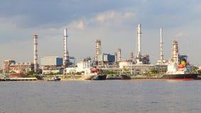 Panorama scen av oljeraffinaderiväxten för tung bransch bredvid floden Arkivfoton