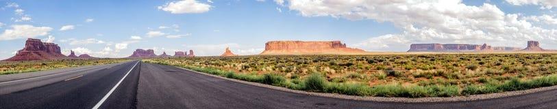 Panorama: Scenisk panorama för monumentdal på vägen USA Hwy 163 - Arizona, AZ Royaltyfria Bilder