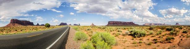 Panorama: Scenisk panorama för monumentdal på vägen USA Hwy 163 - Arizona, AZ Royaltyfri Bild