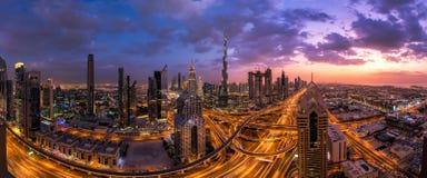 Panorama schoss vom Dubai-Stadtzentrum bei Sonnenuntergang lizenzfreie stockfotografie