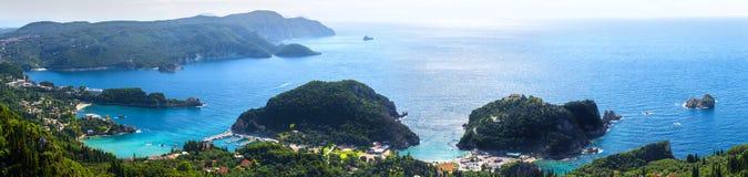 Panorama- seascape för härlig sommar Sikt av kustlinjen in i arkivbild