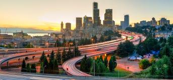 Panorama Seattle van de binnenstad en lichte slepen op I-90, weg I-5 royalty-vrije stock fotografie