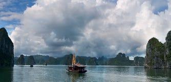 Panorama Seaview na montanha grande no oceano com pouco navio Imagens de Stock Royalty Free