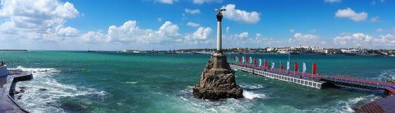 Panorama Sevastopol zatoka z zabytkiem Przedziuraweni statki podczas małej burzy, Czarny morze, Crimea obraz royalty free