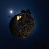 Panorama sferico 360 180 dell'uomo alla tenda sulla spiaggia di pietra sullo shor Fotografie Stock