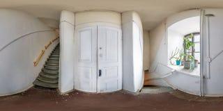 Panorama sferico senza cuciture completo di hdri 360 gradi di vista di angolo nell'interno del corridoio mpty bianco con la scala immagine stock libera da diritti