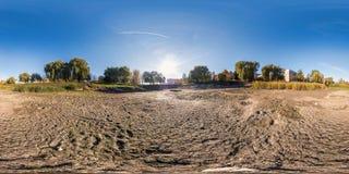 Panorama sferico senza cuciture completo 360 gradi di vista di angolo al fondo dello stagno inaridito in giardino di zona residen immagine stock libera da diritti