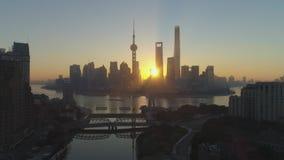 Panorama- Shanghai horisont och Waibaidu bro på soluppgång Lujiazui område Kina flyg- sikt arkivfilmer