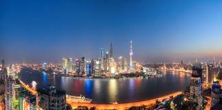 Panorama- Shanghai nattsikt arkivbild