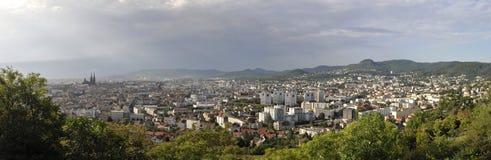 Panorama- sikt av den Clermont-Ferrand staden Arkivfoto