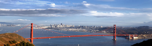Panorama- sikt av den guld- portbron Royaltyfria Bilder