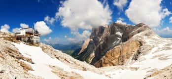 Panorama- sikt av det höga berg i Italien arkivbilder