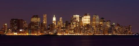 Panorama- sikt av Manhattan horisont vid natt Arkivbild