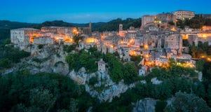 Panorama- sikt av Sorano i aftonen, i landskapet av Grosseto, Tuscany Toscana, Italien royaltyfri fotografi