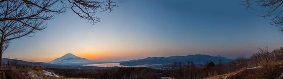 Panorama sikten av mt fuji och den sjöKawakuchi koen Arkivbild