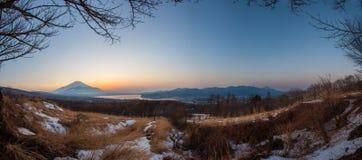 Panorama siktssolnedgången av mt fuji och den sjöyamanaka koen Arkivfoton