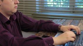Panorama Sirva la mano en el teclado del ordenador portátil con el monitor en la oficina metrajes