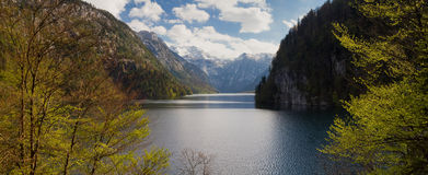 Panorama sjö Koenigssee som sett från utkik Malerwinkel Royaltyfri Bild