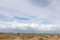 Panorama- sjösidalandskap med stormmoln i horisonten Arkivbild