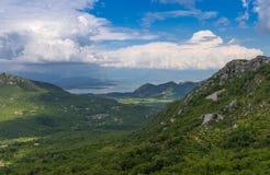 Panorama sköt område av Skadar sjön in mot Virpazar Royaltyfri Fotografi