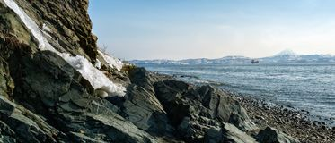 Panorama skalisty brzeg Avchinskaya zatoka i widok Zdjęcie Stock