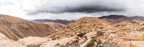 Panorama- skott av det vulkaniska bergiga landskapet på ön av Fuerteventura Fotografering för Bildbyråer