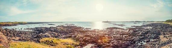 Panorama- skott av seascape med vulcanic stenar lite varstans på den Jeju ön - södra Kore Arkivfoto