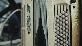 Panorama- skott för närbild av det gamla sällsynta dragspelet i fattigt villkor gem Musicial instrument arkivfilmer
