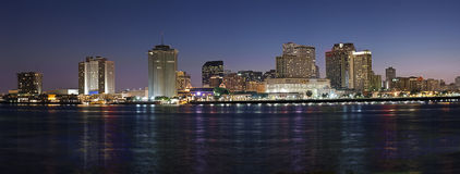 Panorama: Skyline da noite de Nova Orleães Foto de Stock