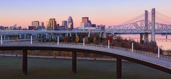 Panorama skyline de Louisville, Kentucky no alvorecer imagem de stock