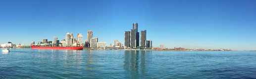 Panorama skyline do Detroit, Michigan com o cargueiro no primeiro plano fotografia de stock royalty free