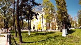 Panorama- skytte, Vladimir Cathedral i parkera, Kiev, Ukraina stock video