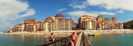 Panorama soleggiato della baia della spiaggia Immagini Stock Libere da Diritti