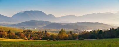 Panorama soleggiato di mattina di autunno della Slovacchia Scena rurale di caduta Immagini Stock