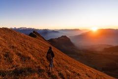 Panorama- solnedgång i de schweiziska fjällängarna royaltyfri bild