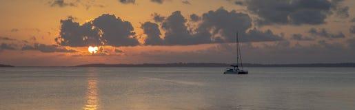 Panorama- solnedgång med katamaran Royaltyfri Fotografi