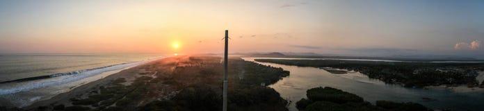 Panorama- solnedgång på Stilla havet på en sida och Lagunasen de Chacahua på annan, Chacahua, Oaxaca, Mexico Arkivfoton