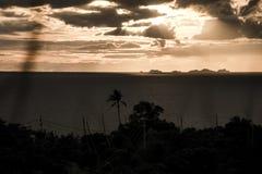 Panorama- solnedgång vid havsön Koh Phangan med Ang Thong Marine Park bakgrund Thailand Royaltyfri Fotografi