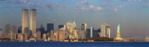 Panorama- solnedgångsikt av internationell handeltorn, statyn av frihet, den Brooklyn bron och Manhattan, NY-horisont Arkivfoton