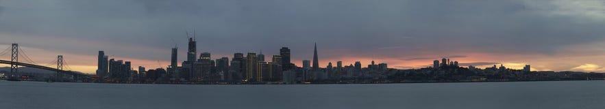 Panorama- solnedgångsikt av San Francisco City med fjärdbron royaltyfri fotografi