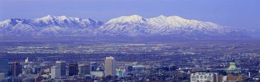 Panorama- solnedgång av Salt Lake City med korkade Wasatch för snö berg Arkivfoton